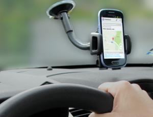 Telefon jako navigace v držáku na předním skle auta